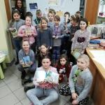 Klasa IV ZPO  w Lubieniu Kujawskim na lekcji  bibliotecznej.